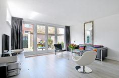 """Te koop: Ameland 86 te Zaandam - Hoekstra & van Eck Makelaars - Méér Makelaar. """"Kant en klare"""", ruime, direct te betrekken eengezinswoning met aanbouw en dakkapel in de leuke Waddenbuurt te Zaandam. Deze moderne hoekwoning uit 1986 is echt ideaal voor gezinnen met kleine kinderen door de kindvriendelijke ligging aan een pleintje en autoluwe straat. Heeft u geen kinderen, dan ook is dit ook voor u een fijne plek om te wonen. De kenmerken van de woning en locatie staan hier absoluut garant…"""