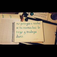 Al fin recuperé energías y hoy ya pude practicar itálicas cmo se debe. De a poquito agarrando la mano con plumillas parallel pen es un poco más complicado. Pero cmo sabemos la práctica hace al maestro . La frase la obtuve de ub post de la gran ídola @mia_astral . #caligrafía #calligraphy #handwriting #ligadeletteringcl #letterlina #practice #letters #goodtype #letras #typography #typotype #Ecoline #MiaAstral #italica #italic