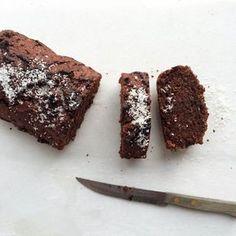 Nog steeds genieten van tussendoortjes wanneer je gezond eet. Ik hou van tussendoortjes en heel erg van chocola, zoals deze gezondere chocoladecake!