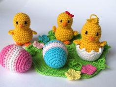 Osterküken auf blühender Wiese - Häkelanleitung - so macht Ostern noch mehr Spaß :-) https://www.crazypatterns.net/de/items/5444/osterkueken-auf-bluehender-wiese-haekelanleitung