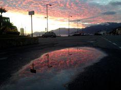 Il cielo invade l'asfalto.