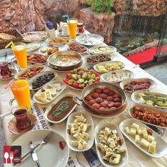 Serpme Kahvaltı - Van Kahvaltı Salonu / İstanbul ( Ataşehir ) Çalışma Saatleri 07:00-17:00 ☎ 0 216 5481212 ☎ 0 530 680 04 65 35 TL / Kişi Başı 7 TL Portakal Suyu Alkolsüz Mekan ▫ Paket Servis Yok Sodexo, Multimet, Ticket Yok Daha fazlası için Snapchat : yemekneredeynr takip edebilirsiniz... ▫ Sucuklu, pastırmalı, kavurmalı ve sahanda yumurta, omlet, menemen seçeneklerinden bir tanesi ücretsizdir. Sınırsız çay servisi ile birlikte, fotoğraftaki görsel 3 kişiliktir.