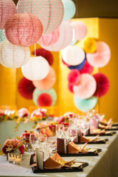 和装の結婚式、素敵ですよね。教会での挙式も魅力的ですが、重みを感じられる和の空間での式も、新たな人生へ向けて気持ちを切り替えられるとても濃い瞬間となります。 和風でも、個性の感じられる【和×レトロモダン】の組み合わせはいかがですか?懐かしい柄とちょっと今時の雰囲気が混ざった和風の結婚式は、オシャレ度の高いコーディネートです。ぜひ参考にしてみてくださいね♡