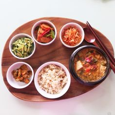 Today's Breakfast-Koreans home cooking. Cheonggukjang, fermented bean paste stew with brown rice and banchan. 비도 몇일째 끈질기게오고 날씨도 선선하여 오늘아침엔 시래기를 넣은 청국장을 끓였고요 반찬으로는 오이지무침, 후박나물, 오뎅볶음과 무생채김치 를 현미밥과 준비해보았읍니다. 오늘도 건강한 하루를 위하여! ^.~요리힌트 하나; 청국장은 된장으로 끓이다 재료가 다익었을때 청국장을 넣고 살짝 한번 보그르 끓여주면 맛도 더 좋고요 집에 냄새도 조금 덜남니다ㅋㅋ. ^.~요리힌트 두번째; 멸치랑 마른표고버섯을 함께갈은것을 한스푼 떠넣었읍니다. 요것 만들어두시면 찌개나 국 많들때 넣으면 다른 조미료는 필요없이 맛있습니다