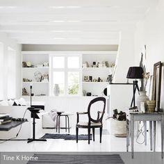 Kamin Und Wände Sind In Strahlendem Weiß Gestrichen, Klassische Akzente  Werden In Form Der Möbel