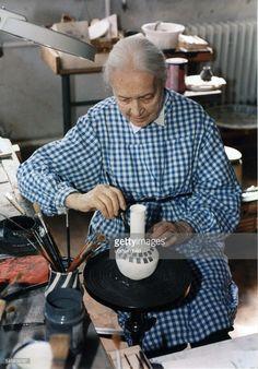 beim Bemalen einer Vase in ihrer Werkstatt - 1999