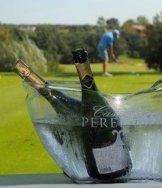 Cava Perelada Brut Nature en el green de golf. Barware, Golf, Turtleneck, Glass