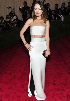 #OliviaWilde, muy delgada, con un diseño de #croptop y falda de color perla y detalles en color negro de #CalvinKleinCollection.