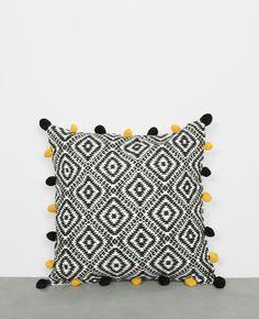 Housse de coussin imprimé avec pompons - Un coussin qui donne une touche exotico africa...