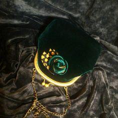 Маленькая сумочка из бархата изумрудного цвета.  Но способная!  Умеет творить чудеса с вашим образом!  Для вашего изумительно образа!    #russiandesigners  #ridiculous  #vintagebags  #taschen  #purses  #handmade_best  #bagshandmade  #сумочкасфермуаром  #сумкауссурийск  #сумкамосква  #сумкаастана