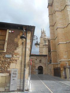 Fachada Norte de la Catedral y acceso al Museo Catedralicio desde el Norte de la Plaza de Regla