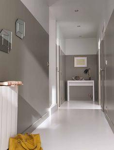 2 colors paint for the deco of a corridor without window // Deco corridor with gray and white paint Source by pubmaria Grey And White Hallway, Gray Hallway, Home Wall Colour, Wall Colors, Tiled Staircase, Half Painted Walls, Colour Architecture, Basement Furniture, Interior Paint Colors