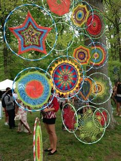 No Cost weaving art hula hoop Thoughts All over the walls. Big hula hoops… Latest No Cost weaving art hula hoop Thoughts All over the walls. Yarn Bombing, Hula Hoop Weaving, Hula Hoop Rug, Weaving Art, Mandala Au Crochet, Mandala Pattern, Guerilla Knitting, Art Fil, Deco Nature
