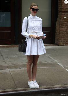 Jaime King, tout de blanc vêtue en chemise, jupe plissée et baskets Superga à New York, le 10 septembre 2015.