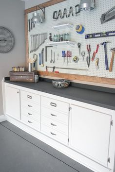 27 Garage Storage Ideas To Try This Fall Is your garage a total mess? Here are 29 tips to declutter your garage this fall. For more garage organization ideas and storage tips, go to Domino. Garage House, Garage Shop, Car Garage, Dream Garage, Garage Office, Mechanic Garage, Garage Studio, Car Office, Office Decor