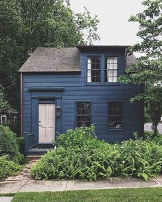 Something about this cute little house in Sag Harbor charms me every time I walk or cycle past it. 🏡😍 The navy blue clapboard, the… Exterior Colors, Exterior Paint, Exterior Design, Navy House Exterior, Grey Exterior, Cute Little Houses, House Painting, House Colors, Outside House Paint Colors