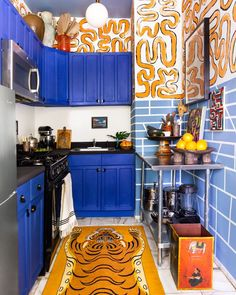 Modern Home Decor A rental kitchen goes to the wild side with animal motifs blue kitchen cabinets and graphic prints galore. Home Decor A rental kitchen goes to the wild side with animal motifs blue kitchen cabinets and graphic prints galore. Blue Kitchen Cabinets, Kitchen Paint, Room Kitchen, Design Kitchen, Crazy Kitchen, Yellow Kitchen Designs, Cheap Kitchen, Open Kitchen, Diy Kitchen