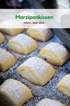 Plätzchen backen: Marzipankissen for marzipan pillows. These are mega delicious, delicate cookies with marzipan filling. Everyone accesses these cookies. Delicious Cake Recipes, Easy Cookie Recipes, Pumpkin Recipes, Yummy Cakes, Snack Recipes, Drink Recipes, Marzipan, Butter Chocolate Chip Cookies, Almond Cookies