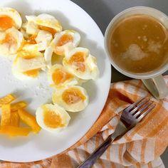 Simply yellow breakfast 😁 - soft boiled eggs with butter and fleur de sel, yellow bell pepper, coffee / Jednoduchá žlutá snídaně 😊 - vajíčka naměkko s máslem a fleur de sel, žlutá paprika, káva