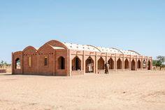 La #escuela primaria Tanouan Ibi, ubicada en #Mali,  se destaca por la utilización de la #arcilla como uno de los pocos materiales que se usaron para su #construcción.  #Arquitectura & #Diseño: LEVS architecten Obra: Primary School Tanouan Ibi Año: 2013  Tomado de: http://www.archdaily.com/560814/primary-school-tanouan-ibi-levs-architecten/