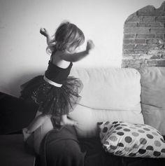 No deuríeu pensar que ella només s'ho mira quan salten, oi? #cosesdelalaia #jugaresesencial #elnostreuniversparticular #childhoodunplugged #candidchildhood #nosinmitutu #tutú #littleballerina #ig_catalonia_slowlife #clikcat
