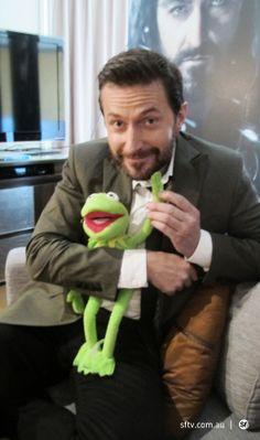 Richard Armitage and Kermit the frog, plus Thorin photobomb. :)