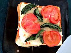はじめまして。ありそうで無かったトーストですね(^-^) 今度、真似て、作ってみます! 早速、フォローさせて頂きます!よろしくお願いします(^-^) - 11件のもぐもぐ - マルゲリータピザトースト☆Margherita Pizza Toast by madcar