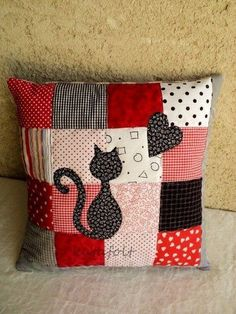 patchwork red and black with cat and heart applique Patchwork Cushion, Quilted Pillow, Patchwork Quilting, Sewing Pillows, Diy Pillows, Decorative Pillows, Pillow Ideas, Applique Cushions, Travel Pillows