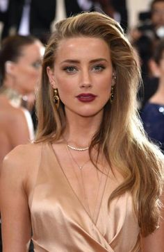 From long bronde locks at the Met Gala to a post-divorce chop, Amber Heard certainly dropped a weight off her shoulders in her latest haircut. Loose Hairstyles, Celebrity Hairstyles, Amber Heard Hair, Amber Heard Makeup, Amber Heard Style, Amber Head, Stars News, Cara Delevingne, Celebs