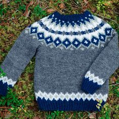 Ilmainen ohje lasten kaarrokevillapuseroon - Taito Itä-Suomi Baby Sweater Knitting Pattern, Baby Boy Knitting, Knitted Baby Cardigan, Knit Baby Sweaters, Knitting For Kids, Baby Knitting Patterns, Knitting Stitches, Free Knitting, Persnickety Clothing