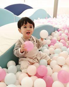 La imagen puede contener: 1 persona Cute Asian Babies, Korean Babies, Asian Kids, Cute Babies, Cute Asian Guys, Cute Baby Boy, Baby Kids, Beautiful Children, Beautiful Babies
