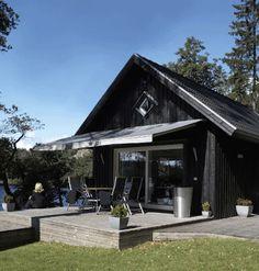 Färgkombinationen: mörkt tak, svart fasad (äv sv foder), grå markis