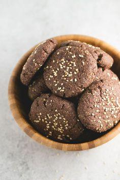 Receta de polvorones de chocolate veganos y sin gluten | Los polvorones son una receta típica de navidad y también se puede hacer una versión saludable, vegana y sin gluten. ¡Están incluso más ricos!