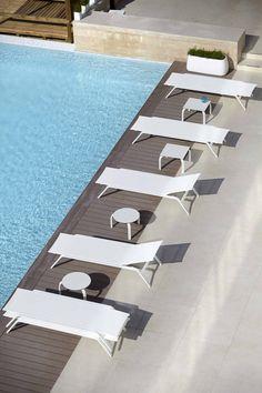 ideas para decorar y amueblar el jardín #terrazas #piscina #verano #tumbonas #sofas #exteriores #mobiliario #decoracion #diseño #interiorismo en Decorabien.com inspírate y encuentra un hogar para tu hogar