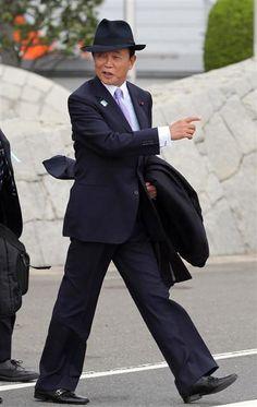 ロシア・サンクトペテルブルクでのG20に出席するため、安倍晋三首相と共に羽田を出発する麻生太郎財務相=2013年4月4日午前、東京・羽田空港(鈴木健児撮影)