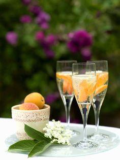 Aprikosen-Sekt mit Holunder | http://eatsmarter.de/rezepte/aprikosen-sekt-mit-holunder