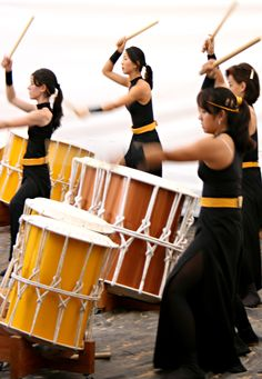 Taiko drumming at festival in Japan, 2008.  Photography by Fernando Stankuns on Flickr