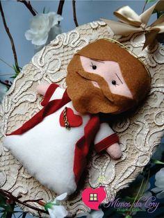Felt Ornaments, Christmas Ornaments, Crochet Projects, Sewing Projects, Catholic Crafts, Santa Doll, Pine Cone Crafts, Sunday School Crafts, Diy Doll