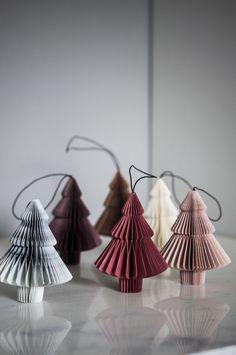 Juldekorationer från danska Nordstjerne. Tillverkade av tjockt kvalitetspapper med ett svart lädersnöre för upphängning. Dekorationerna har magnetiskt stän