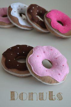 Zuckersüsse Nähidee von klitzekleinchen.blogspot.de: Dieser weiche #filzstoff ist prima für kleine Hände zum Spielen geeignet. Kaufmannsladen, Kinderküche - diese Donuts sind superschön. Quelle: klitzekleinchen.blogspot.de