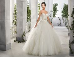 Selling my beautiful wedding gown due to falling pregnant. New York Wedding Dresses, Lace Wedding Dress, Beautiful Wedding Gowns, Affordable Wedding Dresses, Classic Wedding Dress, Bridal Dresses, Tulle Wedding, Wedding Ring, Sweetheart Gowns