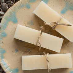 Coconut milk ensures this shampoo bar recipe has a bubbly lather and extra creamy feel, while jojoba oil adds a touch of luxury that's fantastic for promoting healthy shiny hair. Diy Shampoo, Organic Shampoo, Homemade Shampoo, Shampoo Bar, Homemade Conditioner, Solid Shampoo, Natural Shampoo, Coconut Milk Shampoo, Coconut Soap