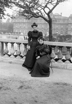 Mode féminine , Paris, jardin du Luxembourg, vers 1895. © Henri Roger / Roger-Viollet