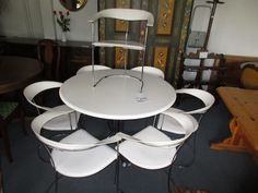 Runder tisch mit 7 stühle bei HIOB Muttenz  #Schnäppchen #Trouvaille