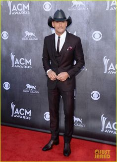 Tim Mcgraw Faith Hill Are Picture Perfect At The Acm Awards Photo Puts His Arm Lovingly Around Wife On Red Carpet