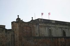 Bastión de Santa Teresa 8:51 a.m. domingo, 27 de octubre de 2013. Aquí se pueden observar las banderas izadas en fin de semana, incluso al momento de la toma de esta foto, se estaba izando una tercera, por lo que rompe con el código de banderas de Puerto Rico. El color tono de azul utilizado en la bandera del Estado Libre Asociado esta erróneo, ya que, es muy oscuro y debe ser uno más claro.