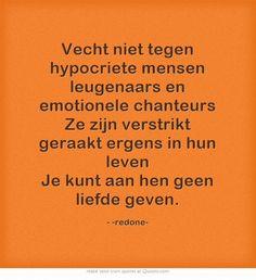 Vecht niet tegen hypocriete mensen leugenaars en emotionele chanteurs Ze zijn verstrikt geraakt ergens in hun leven Je kunt aan hen geen liefde geven.