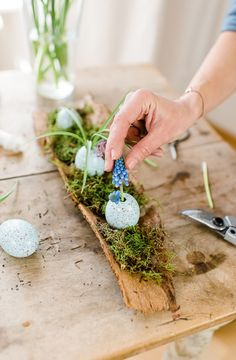 DIY decoration for Easter: pretty eggs in the tree bark cheers days DIY decoration spring flowers in Easter eggs Easter Egg Crafts, Easter Art, Easter Eggs, Diy Osterschmuck, Easter Table Decorations, Diy Decoration, Arte Floral, In The Tree, Easter Wreaths