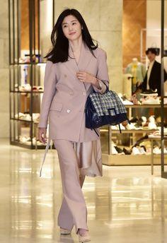 Jeon Ji-hyun's Fashion Look at Rouge & Lounge's Event on April 2019 - CodiPOP Korean Actresses, Korean Actors, Jun Ji Hyun Makeup, Jun Ji Hyun Fashion, Chinese Actress, Korean Celebrities, Business Outfits, Elegant Outfit, Korean Outfits