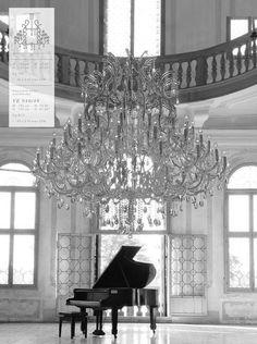 Piano à queue laqué, lustre grandiloquent.